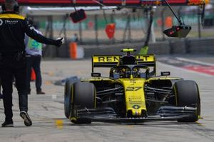 Nico Hulkenberg, Renault F1 Team R.S. 19, dans les stands durant les essais