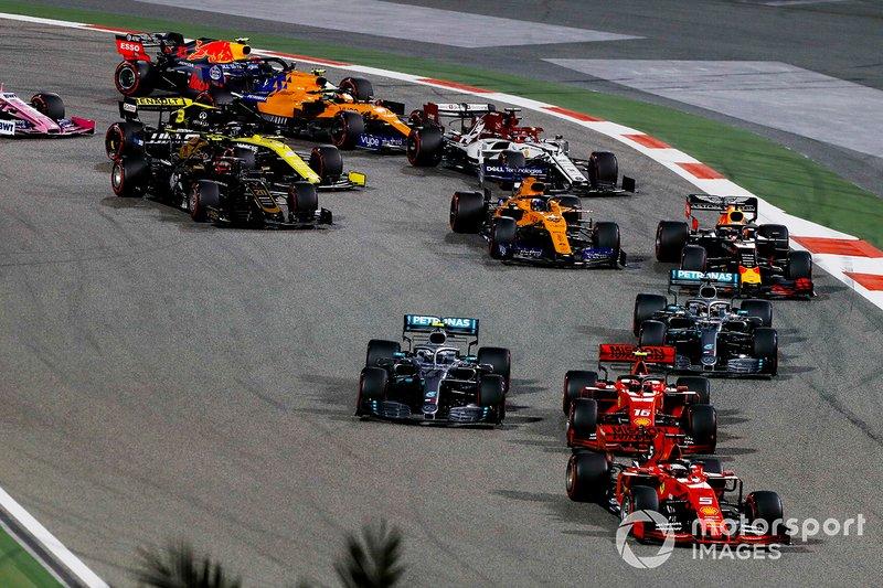 Sebastian Vettel, Ferrari SF90 lidera a Charles Leclerc, Ferrari SF90, Valtteri Bottas, Mercedes AMG W10 y Lewis Hamilton, Mercedes AMG F1 W10 al inicio