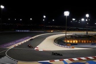 Kevin Magnussen, Haas F1 Team VF-19, voor Max Verstappen, Red Bull Racing RB15