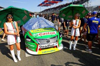 Kelly Racing grid girls