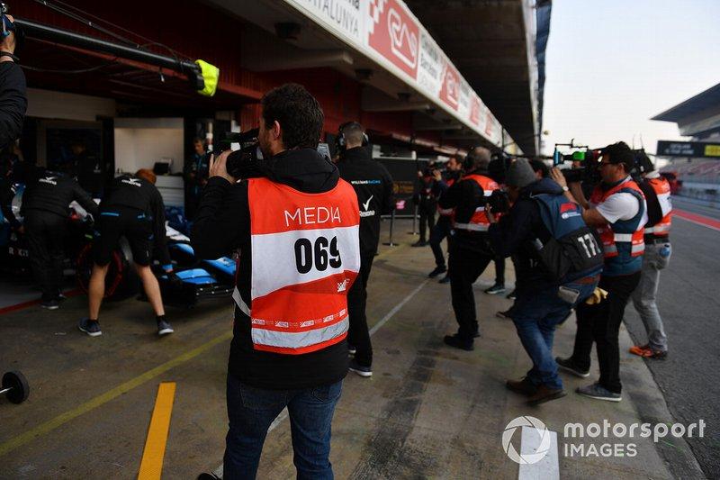 Les photographes devant le garage Williams Racing