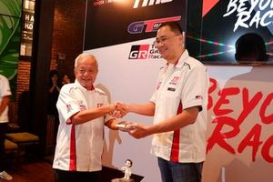 Direktur Toyota Team Indonesia Memet Djumhana dan Executive General Manager PT Toyota-Astra Motor, Franciscus Soerjopranoto