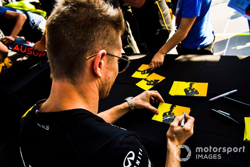 Nico Hulkenberg, Renault F1 Team signs autographs for fans