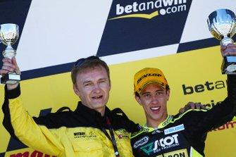 El jefe del equipo Mirko Cecchini y Dovizioso celebran la victoria