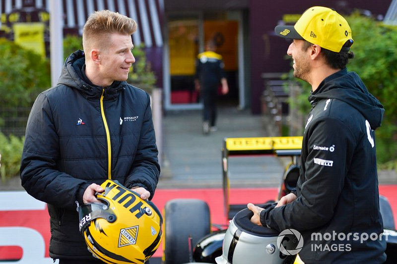 Daniel Ricciardo e Nico Hulkenberg com os capacetes do GP 1000 da F1