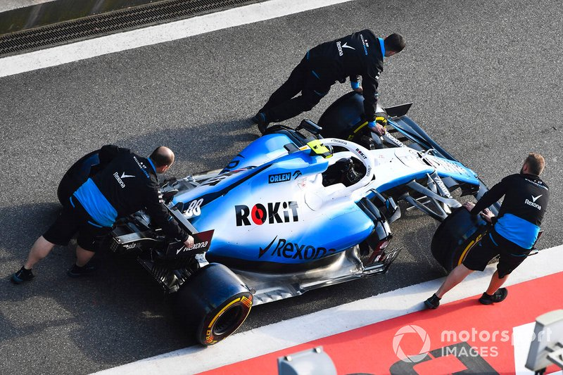Una Williams FW42 viene spinta lungo la pit lane