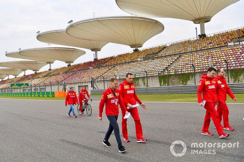 Sebastian Vettel, Ferrari, camina por el circuito