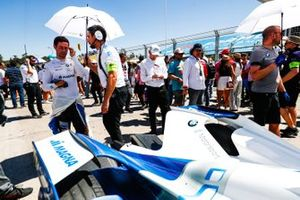 Alexander Sims, BMW I Andretti Motorsports, 34/5000 habla con un miembro del equipo en la parrilla