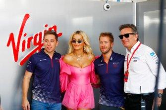 La cantante Rita Ora se encuentra con Robin Frijns, Envision Virgin Racing, Sam Bird, Envision Virgin Racing, Audi e-tron FE05, Alejandro Agag, CEO, Fórmula E
