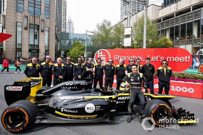 Guanyu Zhou, Renault F1 Team with the Renault F1 team