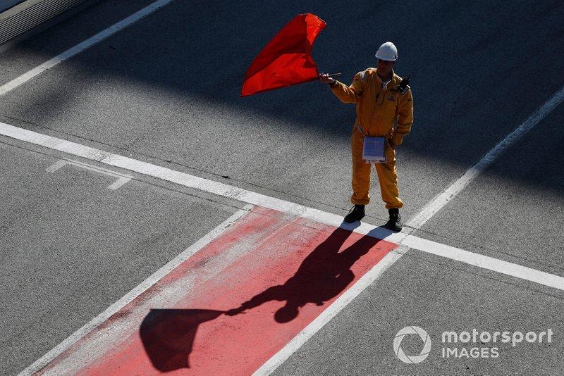 Oficial ondea la bandera roja