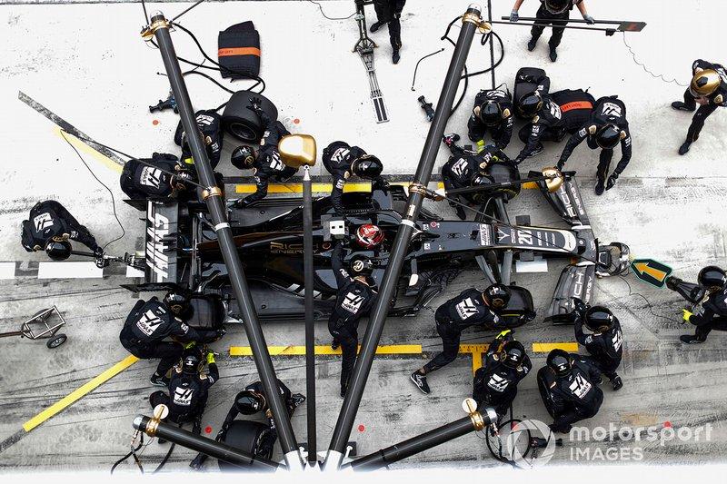Kevin Magnussen, Haas F1 Team VF-19, ai box