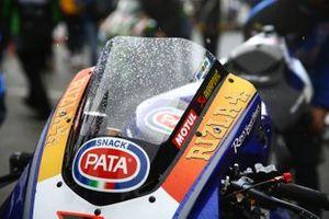 La moto di Michael van der Mark, Pata Yamaha con la neve sul cupolino