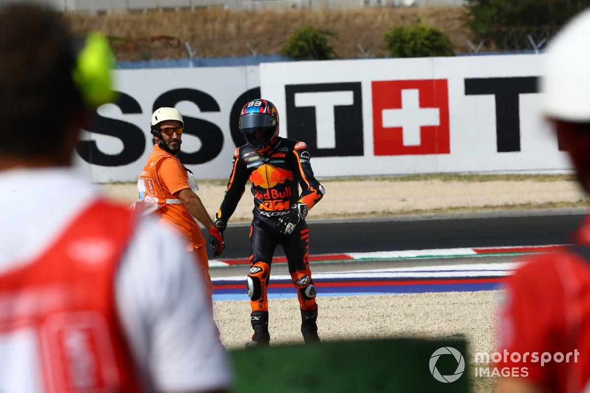 Brad Binder, Red Bull KTM Factory Racing después de su caída