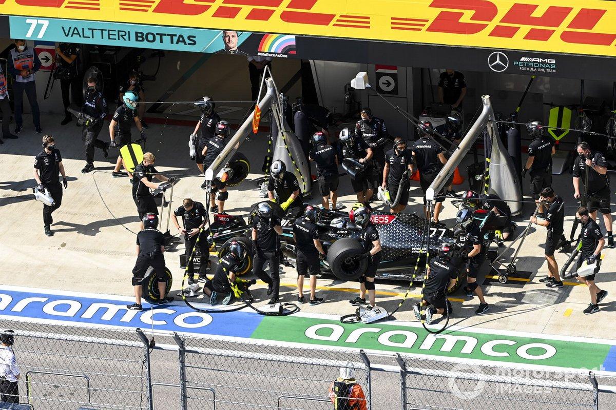 Valtteri Bottas, Mercedes F1 W11, ai box durante le prove libere