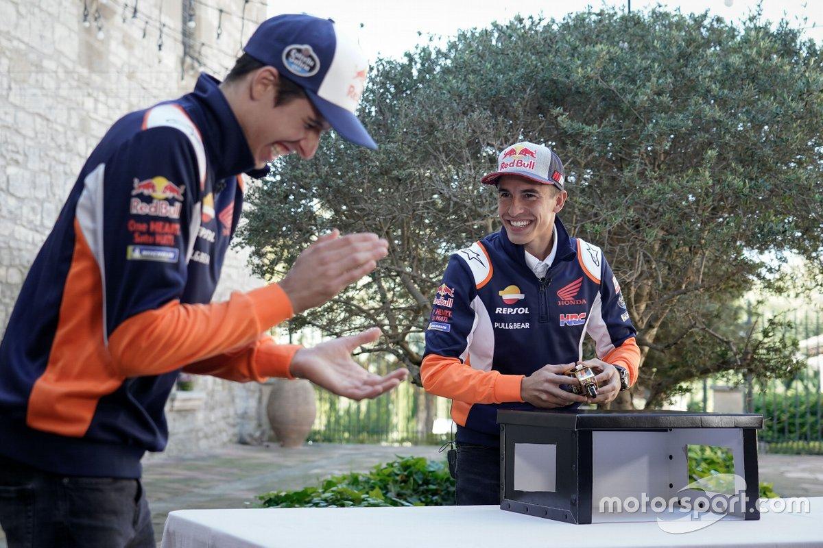 Marc Márquez y Alex Márquez en el juego de la Caja Sorpresa