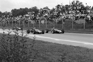 Jim Clark, Lotus 49 Ford, battles with Denny Hulme, Brabham BT24 Repco, ahead of Jack Brabham, Brabham BT24 Repco