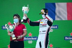 Winning Constructor Representative and Theo Pourchaire, ART Grand Prix celebrate on the podium with the trophy