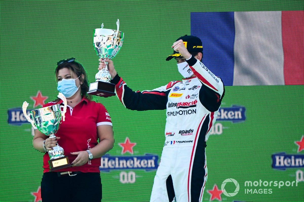 Il rappresentante dei costruttori vincitore e Theo Pourchaire, ART Grand Prix festeggia sul podio con il trofeo