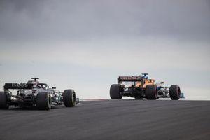 Carlos Sainz Jr., McLaren MCL35, Lewis Hamilton, Mercedes F1 W11