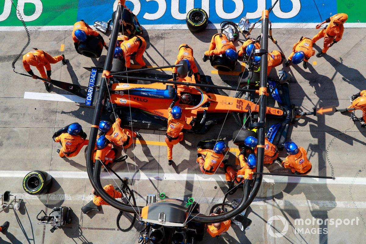 Carlos Sainz Jr., McLaren MCL35, effettua una fermata
