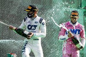 Le vainqueur Pierre Gasly, AlphaTauri, et Lance Stroll, Racing Point, 3ème position, fêtent sur le podium avec le Champagne