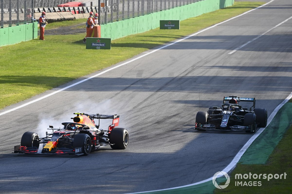 Alex Albon, Red Bull Racing RB16, frena davanti a Lewis Hamilton, Mercedes F1 W11