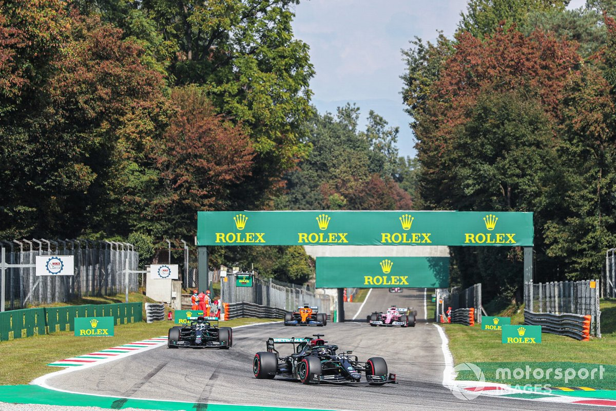Lewis Hamilton, Mercedes F1 W11, Valtteri Bottas, Mercedes F1 W11, Carlos Sainz Jr., McLaren MCL35, en a vuelta de formación