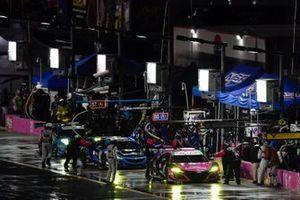 #86 Meyer Shank Racing w/Curb-Agajanian Acura NSX GT3, GTD: Mario Farnbacher, Matt McMurry, #57 Heinricher Racing w/MSR Curb-Agajanian Acura NSX GT3, GTD: Alvaro Parente, Misha Goikhberg pit stops