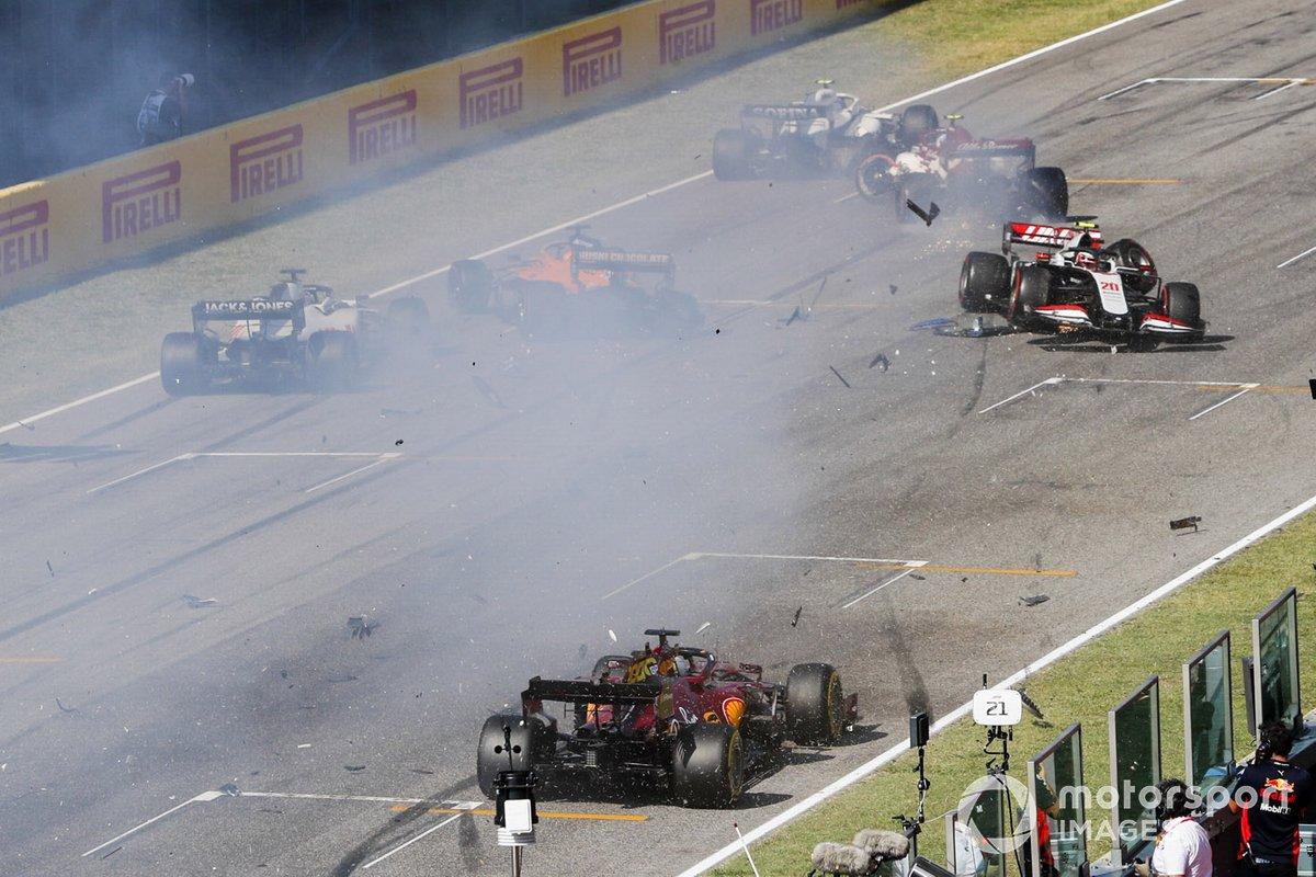 Choque al reinicio de Kevin Magnussen, Haas VF-20 y Carlos Sainz Jr., McLaren MCL35