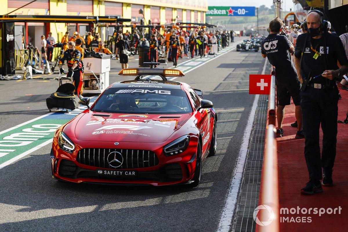 EL Safety Car y Lewis Hamilton, Mercedes F1 W11, fuera de los pits para el reinicio