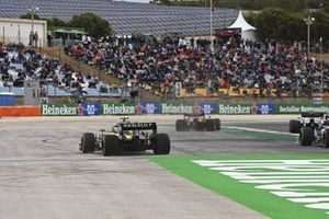 Esteban Ocon, Renault F1 Team R.S.20, runs wide at the start