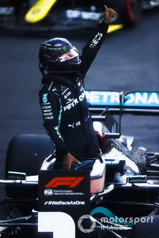 Il Pole Sitter Lewis Hamilton, Mercedes-AMG F1 festeggia nel parco chiuso