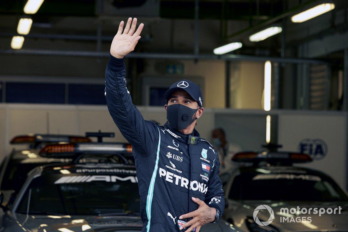 Ganador de la pole Lewis Hamilton, Mercedes F1 W11, en Parc Ferme