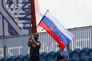 Un homme avec un drapeau russe
