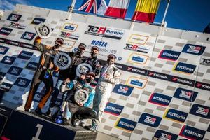 Il podio di Gara1: il vincitore della gara Julien Briché, JSB Compétition, Peugeot 308 TCR, secondo posto Daniel Lloyd, Brutal Fish Racing Team, HondaCivic Type R TCR, terzo posto Nicolas Baert, Comtoyou Racing, Audi RS 3 LMS