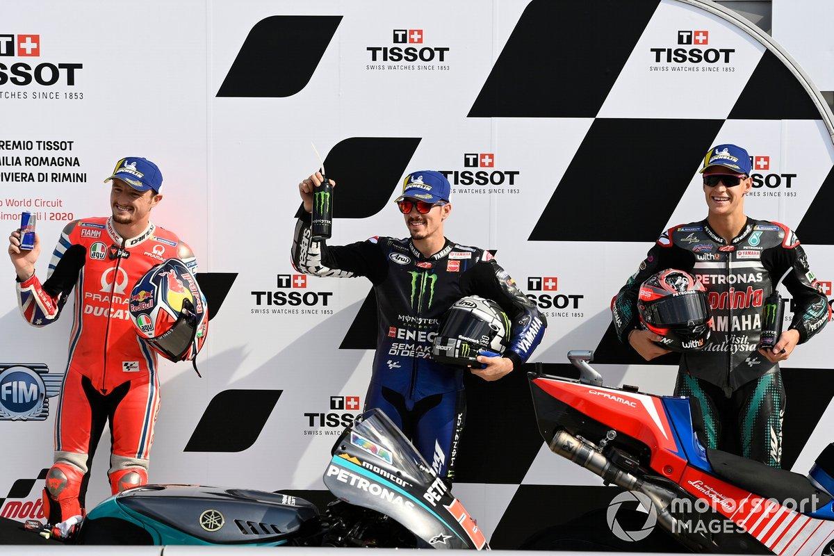 Los 3 primeros clasificados: segundo Jack Miller, Pramac Racing, ganador de la pole Maverick Viñales, Yamaha Factory Racing, y tercero Fabio Quartararo, Petronas Yamaha SRT