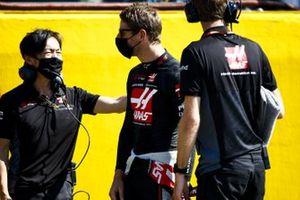Romain Grosjean, Haas F1 and Ayao Komatsu, Chief Race Engineer, Haas F1 on the grid