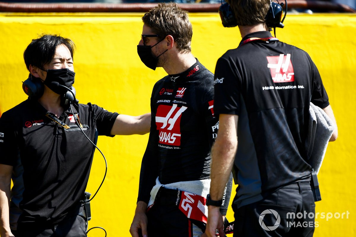 Romain Grosjean, Haas F1 y Ayao Komatsu, Ingeniero Jefe de Carrera, Haas F1 en la parrilla