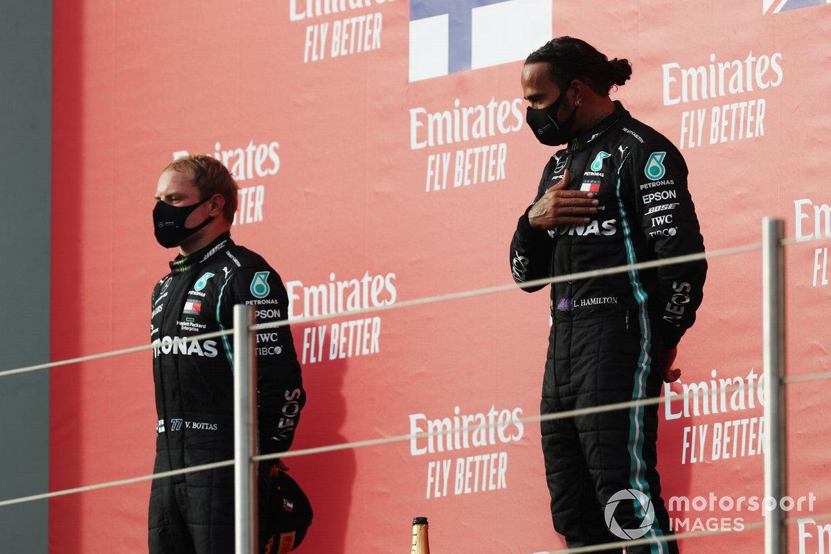 Valtteri Bottas, Mercedes-AMG F1, secondo classificato, e Lewis Hamilton, Mercedes-AMG F1, primo classificato, sul podio
