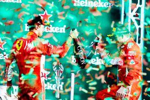 Podio: segundo lugar Sebastian Vettel, Ferrari, y tercer lugar Kimi Raikkonen