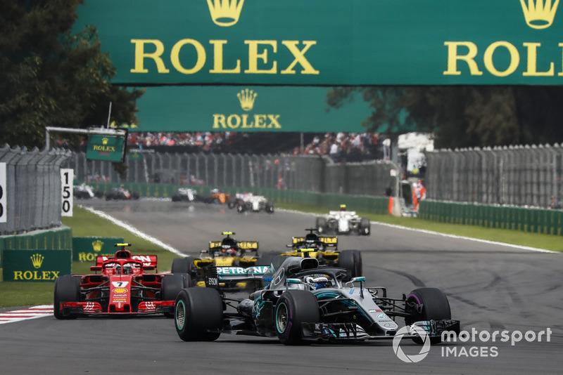 Valtteri Bottas, Mercedes AMG F1 W09 EQ Power+ leads Kimi Raikkonen, Ferrari SF71H at the start of the race