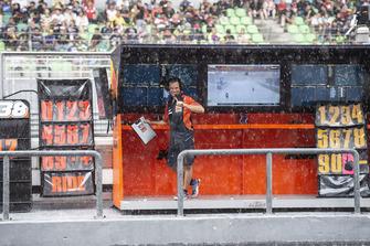 Kommandostand von Red Bull KTM Factory Racing im Regen