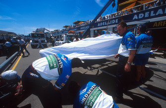 L'auto di Michael Schumacher, Benetton B194 Ford viene riportata ai box dopo l'incidente