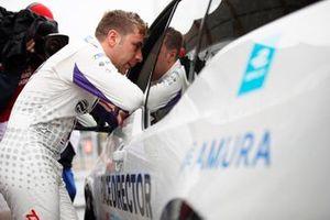 Robin Frijns, Envision Virgin Racing, Audi e-tron FE05, parle au directeur de course