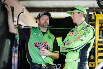 Kyle Busch, Joe Gibbs Racing, Toyota Camry Interstate Batteries con un membro della crew