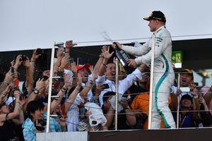 Valtteri Bottas, Mercedes AMG F1, festeggia sul podio con lo champagne