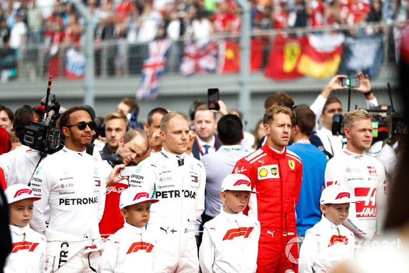 Lewis Hamilton, Mercedes AMG F1, Valtteri Bottas, Mercedes AMG F1, Sebastian Vettel, Ferrari, Kevin Magnussen, Haas F1 Team y otros pilotos en la parrilla