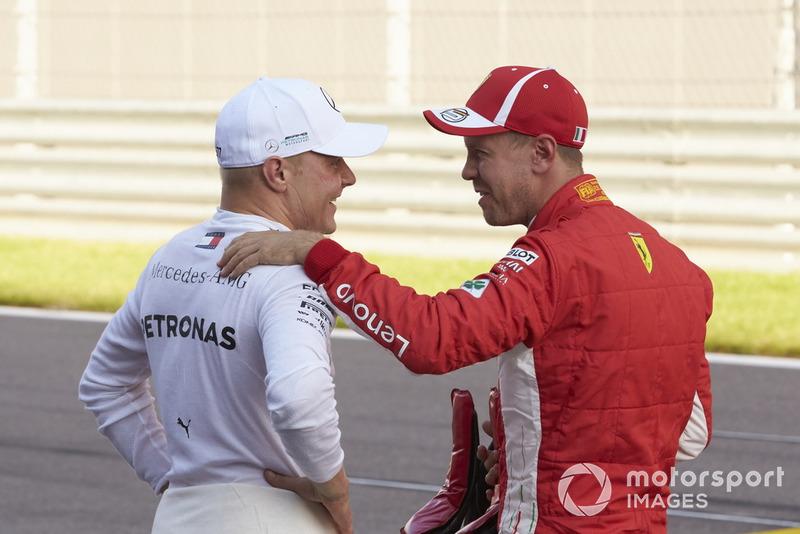 Valtteri Bottas, Mercedes AMG F1, riceve le congratulazioni per la pole da Sebastian Vettel, Ferrari