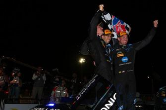 #10 Wayne Taylor Racing Cadillac DPi, P: Renger van der Zande, Jordan Taylor, Ryan Hunter-Reay, festeggiano con la bandiera a scacchi